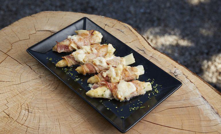 Asparagi con pancetta e brie - Menu primavera castello conegliano